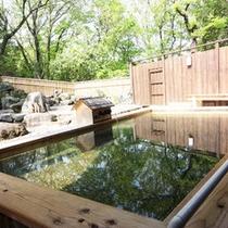 緑の木々に囲まれたヒノキ造りの露天風呂で癒しのひと時を