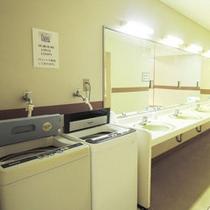 *館内一例:洗面所。洗濯機もございます。長期滞在や合宿に便利