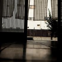 【玄関】別府の風が薫るホテル雄飛の玄関先