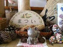 越前焼のまねき猫が、「ゆめおーれ勝山」で作ってきたコースターに座っています。