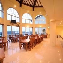 *【レストラン】天井が高く開放的な空間でお食事を満喫。