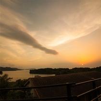 *【夕陽】ホテルより。この日は雲に隠れてしまいましたが、晴れた日はとても綺麗な夕焼けが広がります。