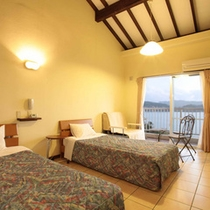 *【ツインルーム】高い天井にタイル床のお部屋。窓際の簡易ベッドを使えば最大3名様までご利用可能です。