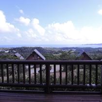 【バルコニー(コテージ)一例】視界を遮らず、沖縄の海を望める眺望が人気!
