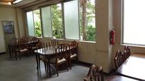 光の差し込む食堂