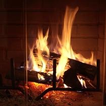 暖炉の穏やかな光は癒し効果も。