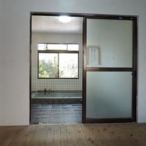 *【温泉】男性脱衣所~オープンタイプの棚があるシンプルな脱衣所です。