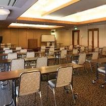 【会議室】最大100名様まで収容可能。会議・宴会・懇親会に利用出来ます。