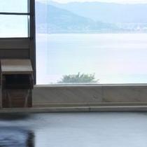【展望風呂】静観な諏訪湖を一望。日頃の疲れを癒し、ゆっくりと過ぎる時間を展望風呂でお寛ぎください。