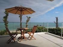 2F客室バルコニー 心地よい南国の風をうけながらビーチを眺める