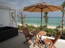 2F客室バルコニーと露天風呂 目の前にはビーチが広がる