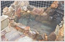 貸切岩風呂は大きな岩を組み込んで造られた、落ち着いた雰囲気となっております。