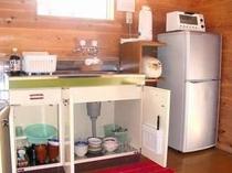 キッチン内に食器類をご用意。まな板、包丁、お箸、卓上ガスコンロ、炊飯器も準備しております。