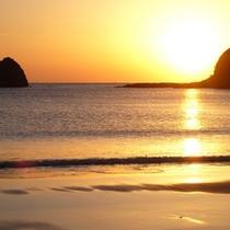 *【下田外浦海岸】夕陽に照らされた美しい海の姿。