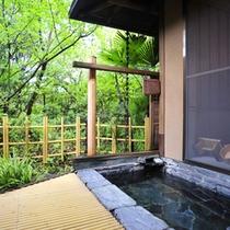 *【客室露天風呂】【むらさきの間】開放的な露天風呂で温泉浴を満喫。