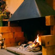 *冬のロビーでは暖炉を焚き、どこか懐かしい雰囲気の中で暖かくお客様をお迎えいたします。