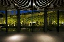 """館内へ足を踏み入れた瞬間から広がる"""" 竹と水 """"の空間。"""