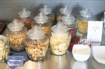ドライフルーツやナッツ類、北海道産ポテトチップスもご用意しております。