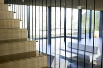 """客室フロアへと続く階段は、宮崎県綾町の""""大吊り橋""""をイメージして作られたもの。"""
