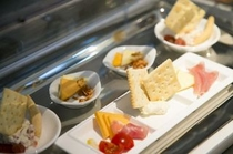 チーズや生ハム、クラッカーなどもFREE。お酒のお供にお召し上がりください。
