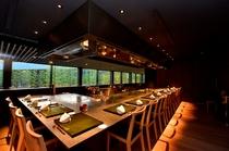 鉄板焼きのカウンター席から中庭の竹林を眺め、お食事ができます。