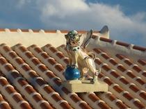 屋根上のシーサー