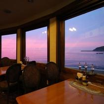 *レストラン/日本海に沈む夕日を眺めながらお食事をお楽しみ下さい。