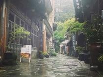 【雨の青石畳通り】