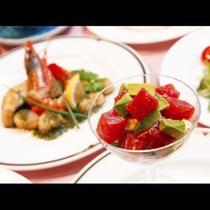 【ご夕食】新鮮なシーフードと地元の恵をミックスしたカクテルサラダ