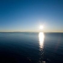 【駿河湾の伊豆半島より昇る朝日】