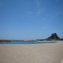 磯遊びのできる人工磯浜も隣接。芝生広場、スポーツ広場など、海水浴以外の遊びも楽しめます♪
