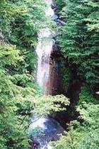 緋の滝へ徒歩3分