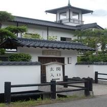 【薩摩の里】の裏門