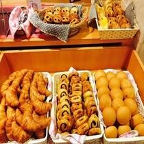 【朝食】毎日5~6種類のパンをご用意してます。お好きなパンを召し上がり下さい。