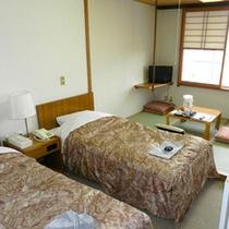 本館◇和洋室 (バス・トイレ付)ツインベッドに4.5畳の畳スペースがついたお部屋です。