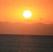 熊野灘をオレンジ色に染める夕陽