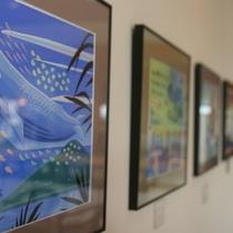 クジラをモチーフにしたイラスト原画の展示