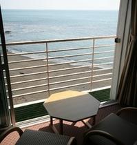 海を眺める落ち着いた和室でゆっくりとおくつろぎ下さい