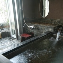 離れ感覚/半露天風呂付「海のSuite」【石/波】 Room/No308 瓦張りの浴室内と石風呂浴槽