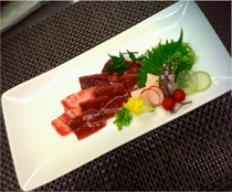 【馬刺し】(夕食)本場熊本直送国内最高級品の新鮮馬刺しをご用意しております。