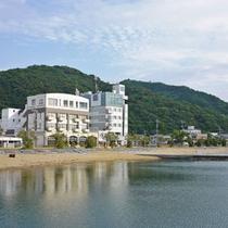 【外観】向かって左が当館で、右側が隣接するホテルアーバンポートです。