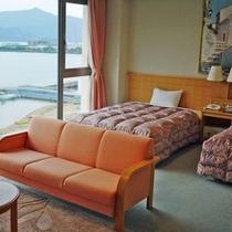 【ツイン一例】お部屋からは海が一望♪お若い方からシニアまで人気のお部屋です。