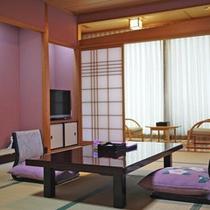【和室一例】お部屋からは海が一望!畳に足を伸ばしてのんびりお寛ぎいただけます。