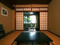 1階の和室はゆったり庭越しに海を眺めて落ち着く