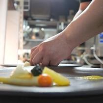 *[シェフの調理風景]色合いやバランスを考え一品一品丁寧に