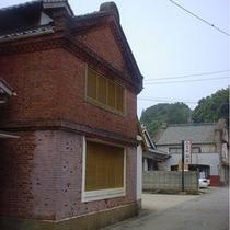 レンガ造りの米蔵を利用した当館の温泉。湯本の街並みの中にあります。