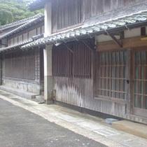 格子戸が並ぶ湯本の古い町並み。