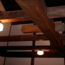 米蔵の温泉の天井にはこんなに太い梁が!