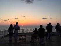 スタッフ手作りの絶景の夕日テラス