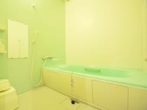 【バスルーム】広めの湯船でゆったりご利用いただけます